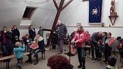 Slavnost rozsvěcení vánočního stromu v Peceradech se neodehrála u rostlého jehličnanu na návsi, ale v teple klubovny dobrovolných hasičů.