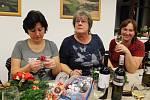 Ze setkání smilkovských žen u zdobení adventních věnců.