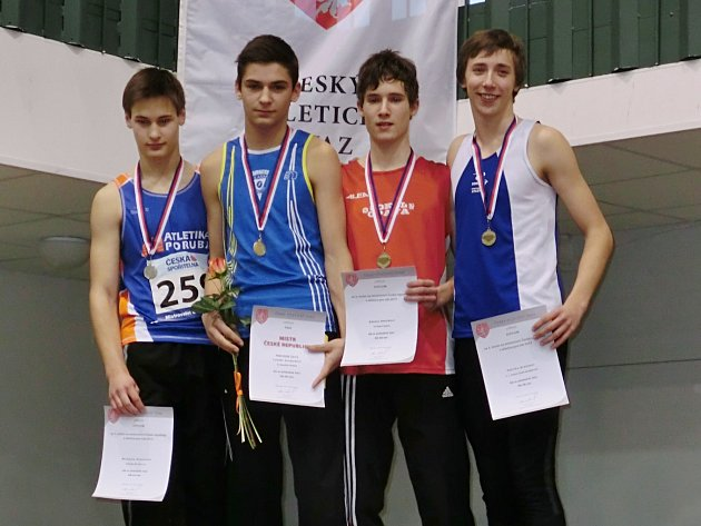 Lukáš Svoboda (druhý zleva) z Vlašimi se stal na trati 60 metrů překážek mistrem republiky v žácích.