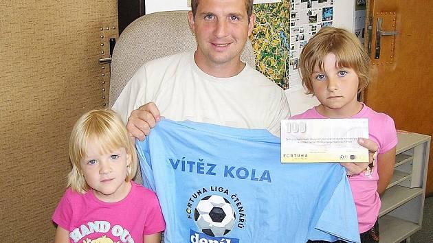 Libor Exner z Vlašimi si pro 100 poukázku od sázkové kanceláře Fortuna a tričko za výhru v 1. kole Fortuna ligy přišel do redakce Benešovského deníku se svými dcerami.