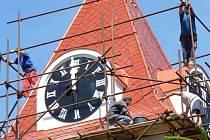 Věž husitského kostela shodila lešení a svítí novotou.