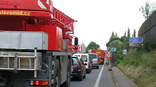 Frézování silnice E55 u Benešova přináší komplikace v dopravě.