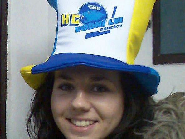 Tuto dívčinu mohou vidět diváci ve středu v pokladně na benešovském stadionu, kde budou v prodeji i fans klobouky, čepice a šály.