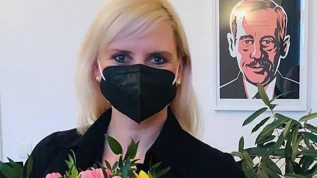 Středočeská hejtmanka Petra Pecková s darovanou květinou.