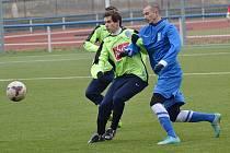 Adam Kučera (v modrém) se přes čáslavského hráče snaží dostat k míči.