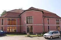 Budova v centru Načeradce měla sloužit coby obchodní dům. Nyní je ale nevyužitá a postupně chátrá.