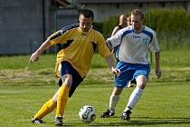 Poříčský David Braný (ve žlutém) si kryl míč před nespeckým Michalem Parysem.