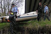 Policejní potápěči z třebenického poříčního oddělení prohledávali pod krhanickým mostem koryto Sázavy. Ilustr. foto.
