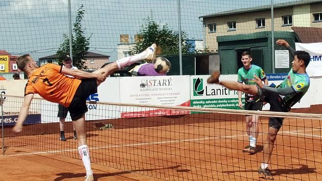 Jiří Doubrava blokuje útok korejského reprezentanta Hwijin Jeona v derby utkání Šacungu s Čelákovicemi.