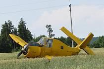 Práškovací letadlo Čmelák se zřítilo do pole nedaleko Votic
