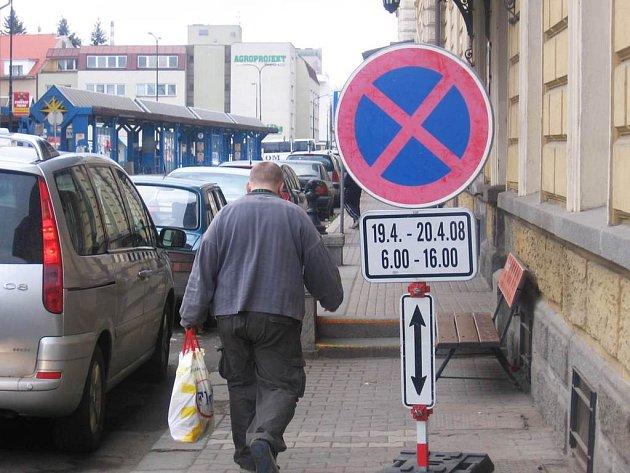 Na zákaz zastavení před benešovským i čerčanským nádražím o víkendu upozorňují s předstihem dopravní značky