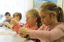 Vyrábění srdíček z drátu v Domě dětí a mládeže v Benešově.