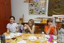 """Krásné velikonoční dekorace z proutků a vajíček zdobených ubrouskovou technikou si vyrobila děvčata na akci """"Velikonoční nocování"""", kterou pořádal Dům dětí a mládeže Benešov o velikonočních prázdninách."""