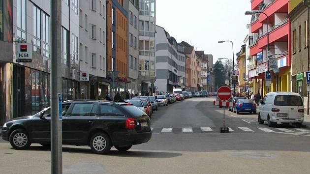 Tyršova ulice bude od pondělí 8. září do pátku 12. září jednosměrná až k prodejně obuvi Baťa a odbočení do Husovy ulice nemožné.