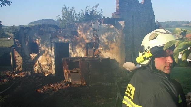 Požár hospodářského stavení uprostřed Vrchotových Janovic.