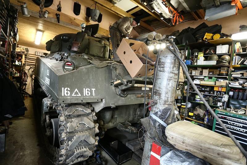 """Americký tank M4 Sherman patří Pavlu Roglovi. Na korbě mechanik Jan """"Jelly"""" Šulc."""
