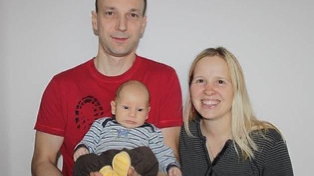 MALÝ Jonáš je nejvíc spokojený v bezpečném náručí svých rodičů.
