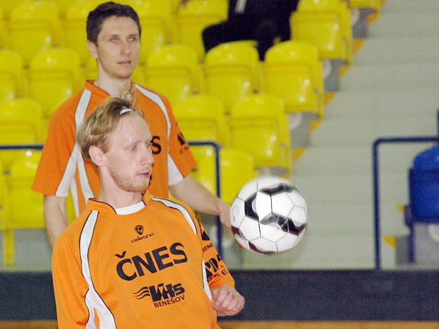 Nováček v dresu benešovského Šacungu Martin Knytl (vpředu) se uvedl kvalitním výkonem.