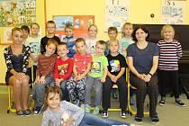Prvňáci ze Základní školy v Krhanicích s třídní učitelkou Janou Macháčkovou a asistentkou pedagoga Kateřinou Vojířovou.