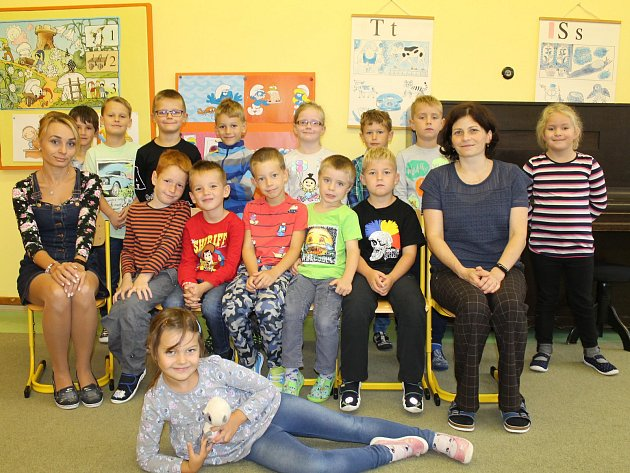 Prvňáci ze Základní školy vKrhanicích střídní učitelkou Janou Macháčkovou a asistentkou pedagoga Kateřinou Vojířovou.