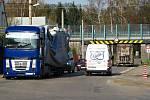 Mosty na silnici I/3 projdou do opravou která má skončit na začátku září. Poškozuje je těžká doprava na nich i pod nimi. Nehoda kamionu v Konopišťské ulici.