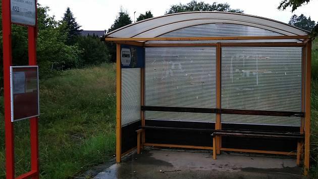 Místo pro čekání na autobusy 'Pecerady - hřiště'.
