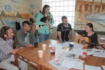 Momentka z muzikoterapie v benešovském domě sociální prevence, kde kromě čtrnácti lůžek v zimní noclehárně najdou lidé bez domova také takzvané 'teplé židle'.