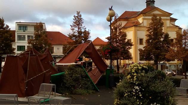 Pondělní svítání odhalilo řádění větru v centru Benešova.