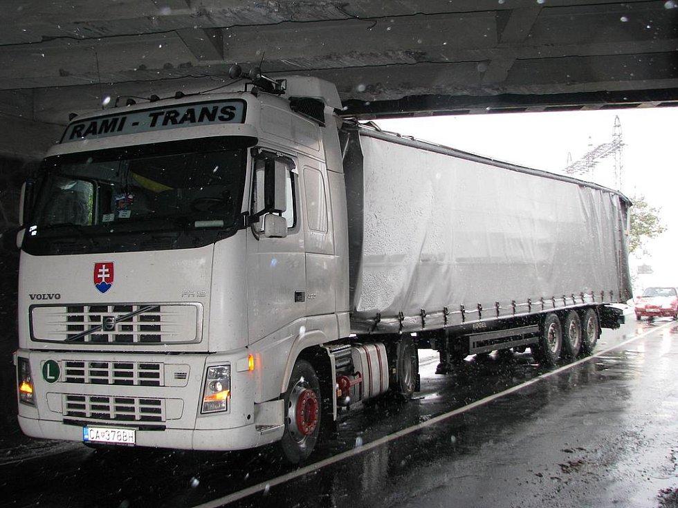 Dopravní nehoda pod mostem silnice E55 na Týnec nad Sázavou.