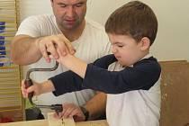 Další z lekcí v polytechnické dílně mateřské školy MiniSvět v Mrači.