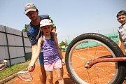 Některé údery trénují malí tenisté i na speciálním vybavení – v tomto případě jde o úder na malé kolečko.