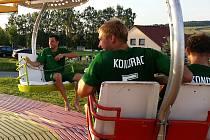 Výhru nad Průhonicemi oslavili kondračtí fotbalisté jízdou na kolotoči.