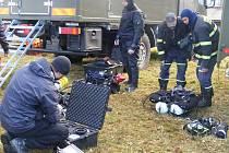 Cvičení Krize 2010. Potápěči v nádrži hledali sud s jedy.