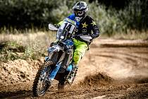 NA MOTORCE. Freestyle motokrosař Libor Podmol skončil salto i na stroji, který je speciálně určený pro Dakar.
