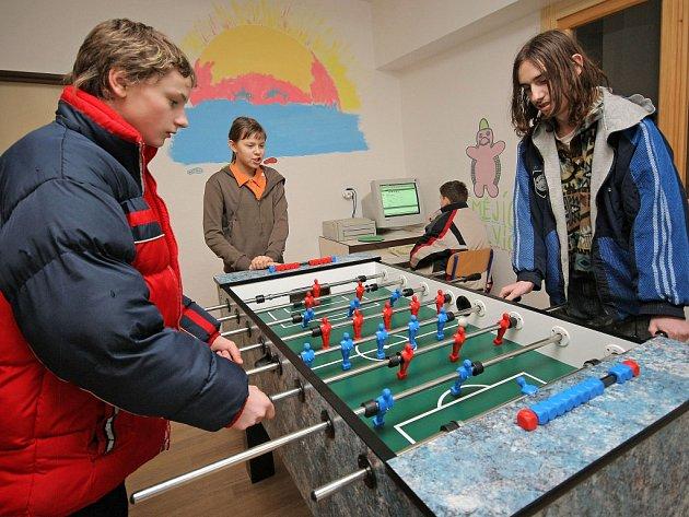 Zahrát si v klidu stolní fotbal? Mladí lidé by mohli využít například tuto možnost v novém nízkoprahovém centru.