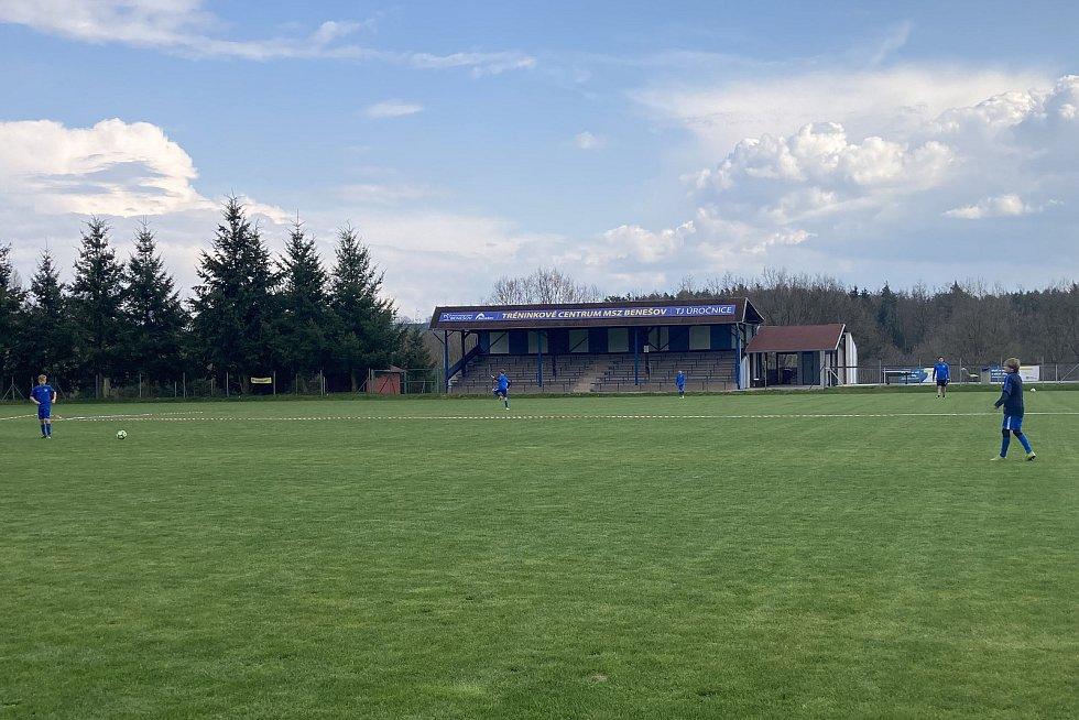 Z tréninku žáků SK Benešov na hřišti v Úročnici.