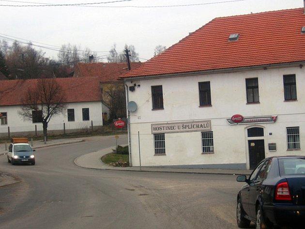Provoz na silnici z Postupic do Milovanic a Velíše bude omezený do začátku října. Ilustrační foto.