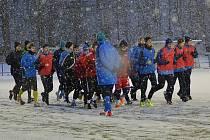 Vlašimští fotbalisté se při prvním tréninku na umělé trávě Na Lukách prodírali sněhem.