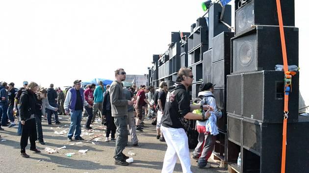 Letní festivaly nabízí hodně muziky.