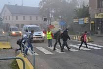 Od úterý 1. října převádí každé ráno chodce v centru Poříčí nad Sázavou proškolené asistentky.