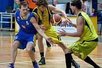 O míč bojovali královehradecký Petr Andres a benešovský Ondřej Proskovec (ve žlutém).