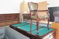 V bedrčském bazaru najdete i řehtačku, starožitný stůl nebo třeba piáno.