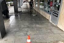 Čištění špinavé žulové dlažby na Malém náměstí v Benešově.