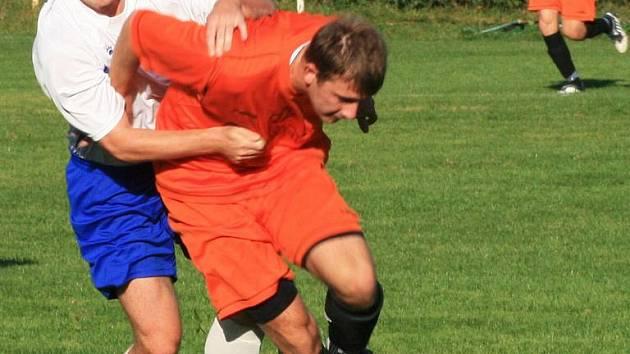 Choceradský Mařinec (v bílém) držel Potůčka z Libodřic jak mohl, přesto útočník hostů vstřelil třetí gól z penalty.