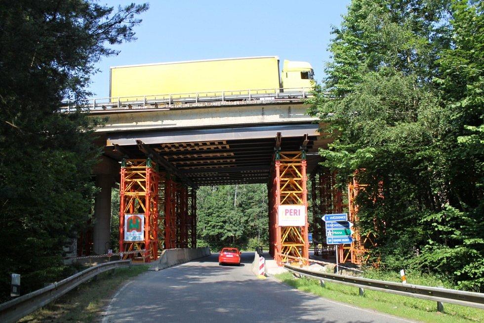 Most nad přípojkou k dálnici D1 u motorestu Naháč.