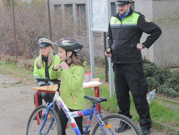 Páťáci a čtvrťáci ze Základní školy Dukelská absolvovali jízdu zručnosti na kole.