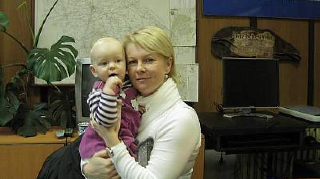 Emma Havlová s mamkou Janou při návštěvě v redakci Benešovského deníku