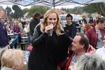 Známá zpěvačka se nebála a poslední písničku odzpívala mezi diváky.