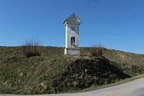 Kaplička, která budou muset ustoupit přeložce silnice I/3 u Olbramovic.