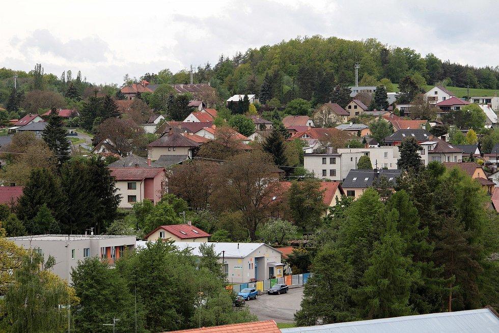 Olbramovice a okolí z dominanty obce, věže kostela Všech svatých.
